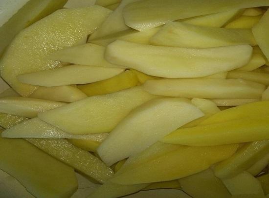 очищаем картофельные клубни, хорошенечко промываем
