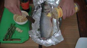 рыбку смазываем слегка рафинированным маслом
