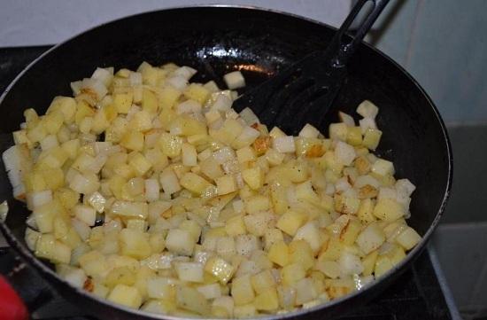 Добавляем измельченный картофель и обжариваем