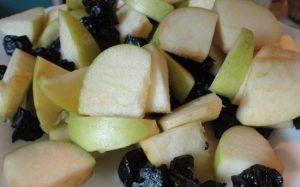 Соединим яблоки и чернослив, размешаем