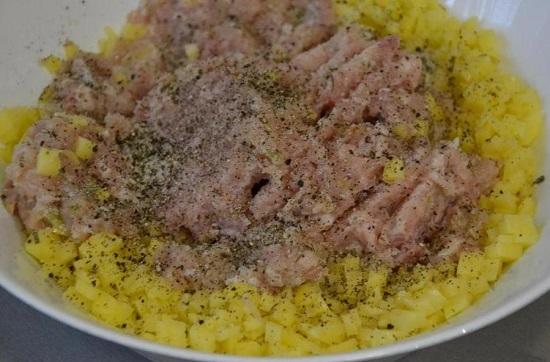 Добавляем соль, смесь молотых перцев
