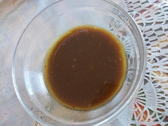 В пиале смешиваем жидкий мед с бальзамическим уксусом