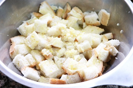 Нарезанный хлебушек высыпьте в приготовленный соус