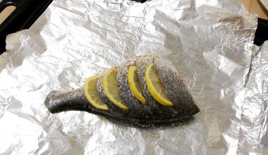 Выкладываем рыбку на лист алюминиевой фольги
