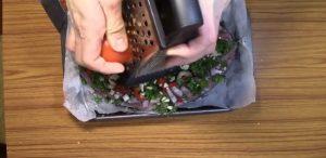Свежие томаты промываем и измельчаем на терке