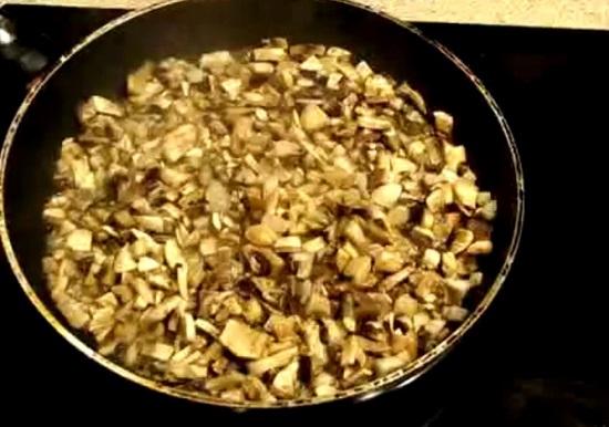 Обжариваем грибы практически до готовности
