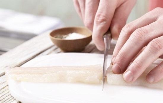 Нарежьте кусочками шириной до 4 см