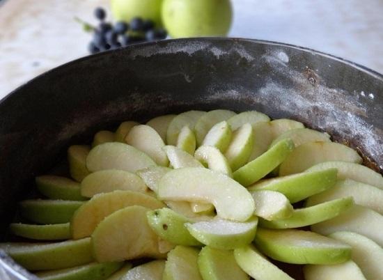 в несколько слоев выкладываем яблочные дольки