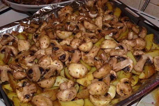положите порцию грибов, а поверх них - лук