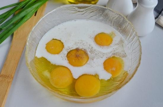 Разобьем яйца в миску