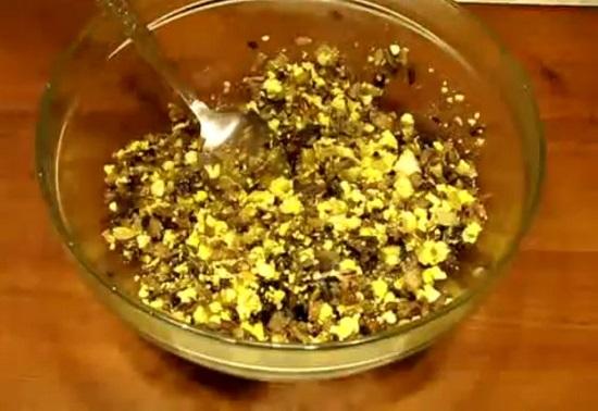 Соединяем отварные яйца с обжаренным луком и грибами
