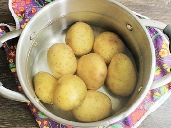 Промоем картофельные корнеплоды, не очищая их