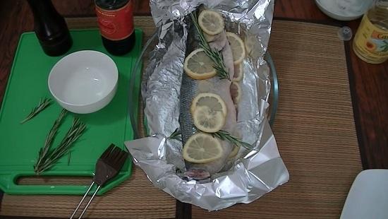 лимонные ломтики, имбирь и розмарин выкладываем сверху