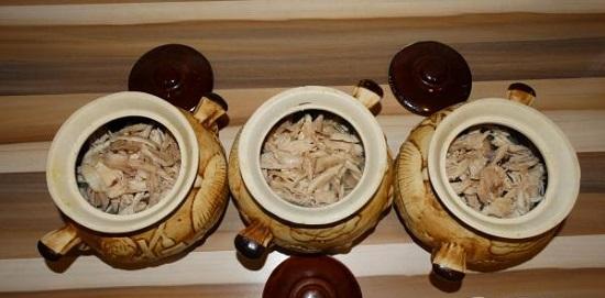 Сложите в горшочек грибочки с луком