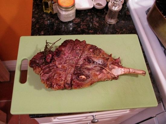 Вынимаем мясо и выкладываем его