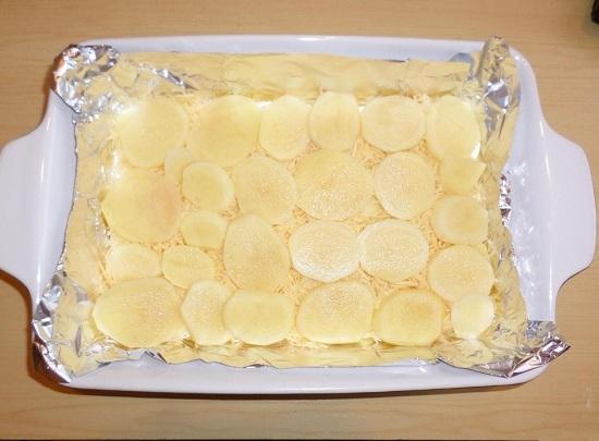 На сыр выкладываем еще слой картофеля