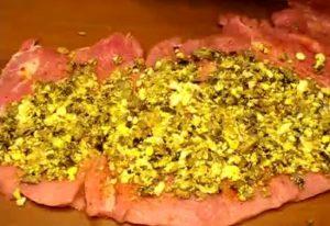 Достаем замаринованное мясо и разворачиваем