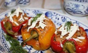 Фаршированный сочный перец, запеченный в духовке половинками