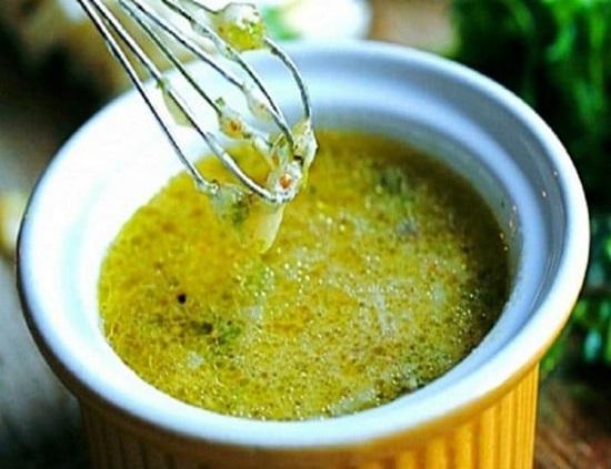 В смесь специй добавьте оливковое масло