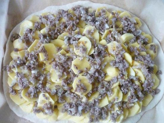 На картофельную подушку выкладываем мясной фарш