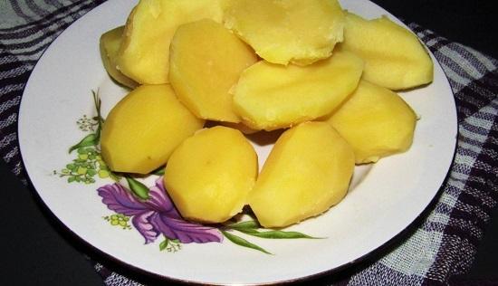Выкладываем половинки картофелин в тарелку