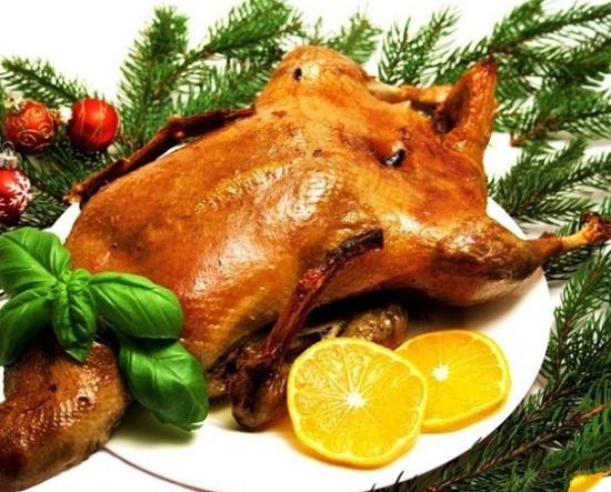 Гусь, запеченный в духовке с гречкой и яйцами