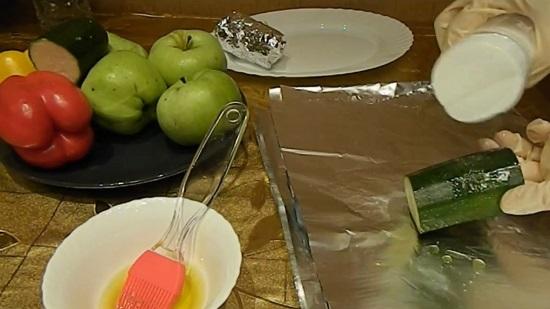 Кусочки цукини и сладкие перцы смазываем рафинированным маслом