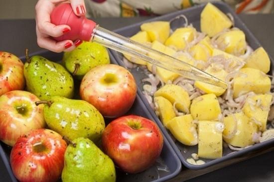 В отдельную форму выкладываем груши с яблоками