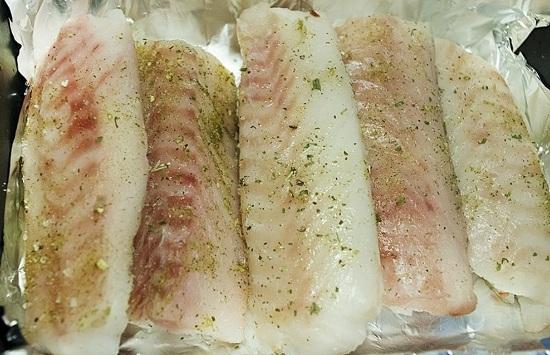 Каждый стейк трески натираем солью, приправами для рыбы