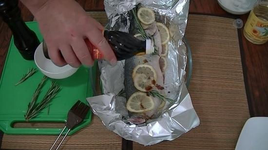 взбрызгиваем рыбку соевым соусом