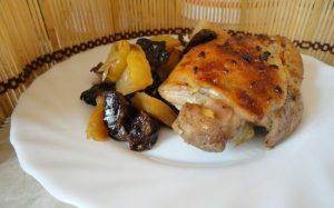 рецепт курицы, запеченной с яблоками и черносливом