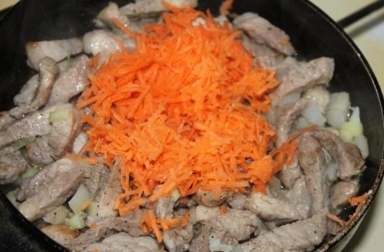 Добавляем тертую морковь в сковороду