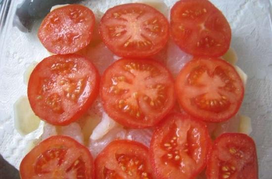 Выложим помидорные кружки сверху рыбки