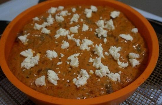 Приготовленным соусом заливаем фрикадельки