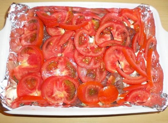 Следующим слоем идут свежие помидоры
