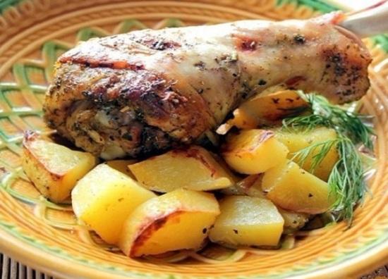 Нога индейки, запеченная в духовке в рукаве с картошкой
