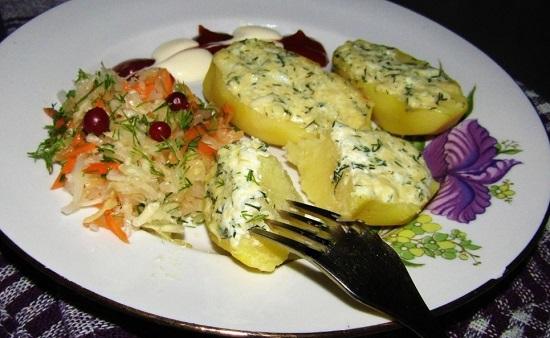 Картошка, запеченная со сметаной и чесноком