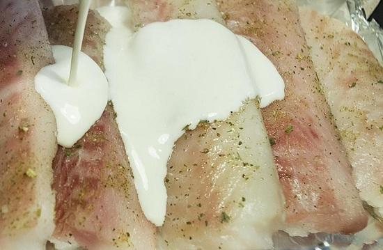 Поливаем тресковое филе приготовленным сливочным соусом