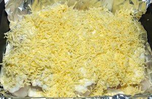 Сырной массой посыпаем рыбку
