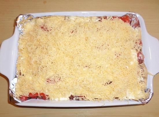 Выкладываем сверху тертый сыр