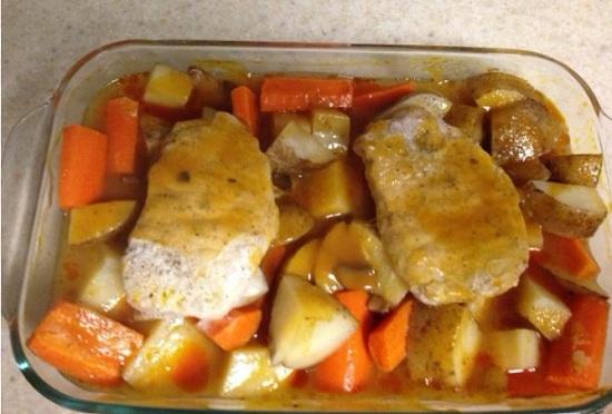 приготовить картофель со свининой в духовке