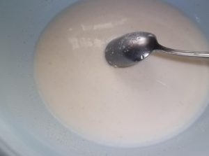 Высыпаем в миску с молоком манную крупу