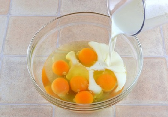 Яйца разобьем в миску, введем молоко