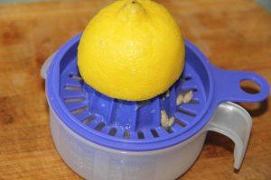 Лимон разрезаем пополам