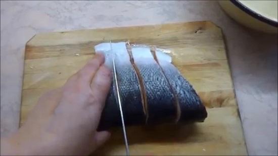 Филе семги нарезаем стейками