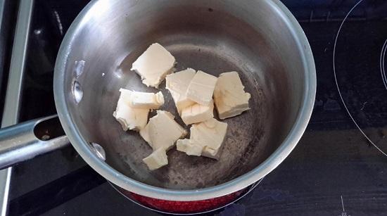 выкладываем сливочное масло, нарезанное кусочками
