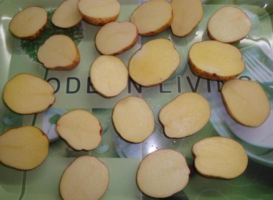 Каждую картофелину разрезаем пополам