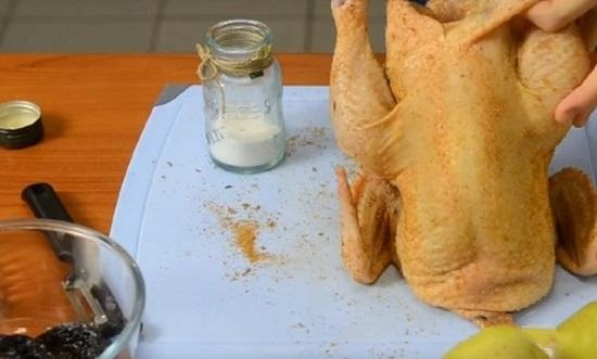 Натрем птицу солью и смесью свежемолотых перцев