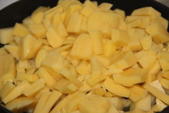 Выкладываем картофель и начинаем его обжаривать