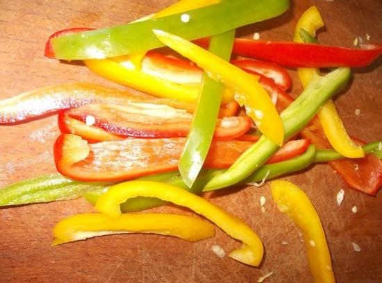 Очищенный сладкий болгарский перец промываем